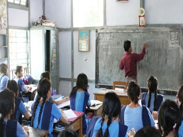 மாணவர் குறைவாக உள்ள பள்ளிகளில் ஆசிரியர்களையும் குறைக்க உத்தரவு!
